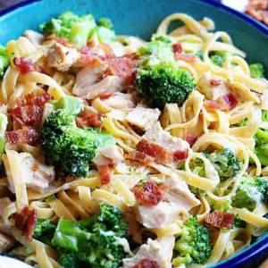 Fettucini alfredo aux légumes et poulet